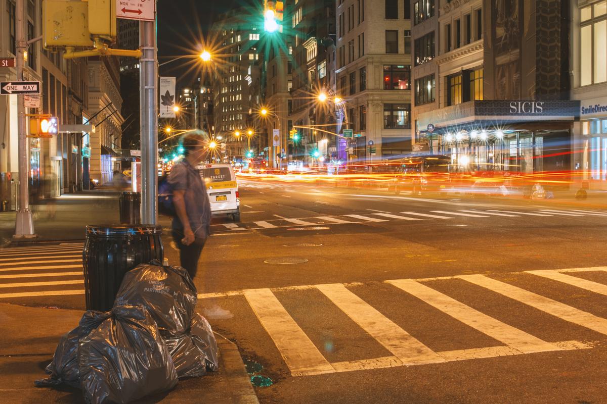 Straße in New York bei Nacht